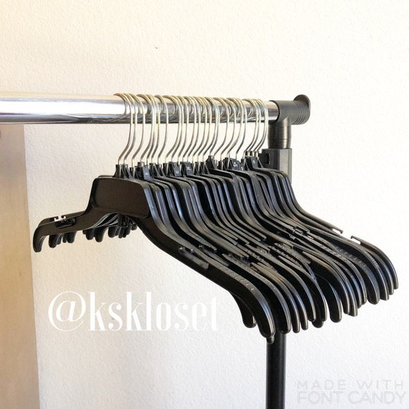Set of 25 black plastic top hangers for clothes
